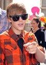 Foto: Justin Bieber protagoniza otro beso... esta vez a una fan canadiense