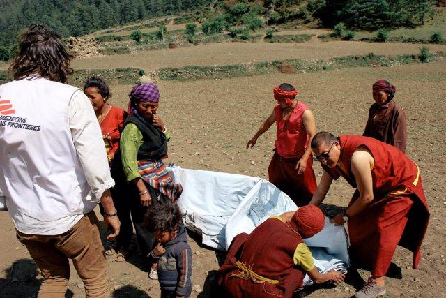 Nepalíes y cooperantes tras el terremoto
