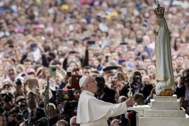 Asistentes a la visita del Papa Francisco a Fátima (Portugal)