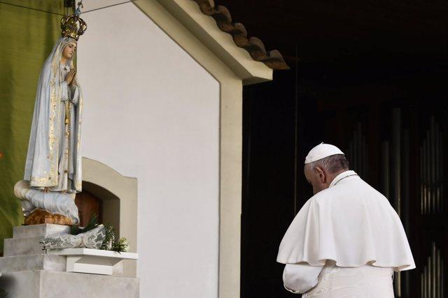 Multitud congregada en Fátima (Portugal) por la visita del Papa Francisco