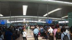 Les cues desborden la zona de sortides de la T1 de l'Aeroport de Barcelona (EUROPA PRESS)