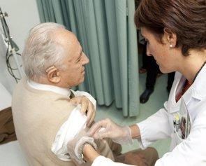 Una sentencia confirma que los enfermeros no podrán vacunar de la gripe en octubre sin prescripción previa del médico (EUROPA PRESS)