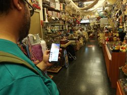 Una app permet l'accés autònom de discapacitats visuals a comerços de Barcelona (EUROPA PRESS)