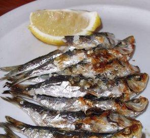 Boquerones en vinagre y sardinas asadas, principales alimentos que contagian el anisakis (WIKIMEDIA COMMONS/JAVIER LASTRAS)