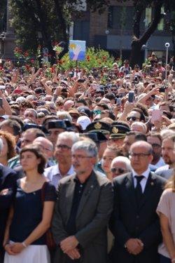 Autoritats i ciutadans s'apleguen a la Plaça Catalunya en el minut de silenci per rebutjar l'atemptat (ACN)