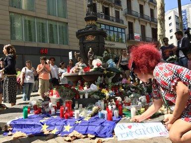 Veïns i turistes inunden La Rambla de flors i espelmes en suport a les víctimes (EUROPA PRESS)