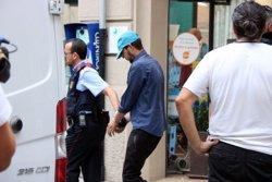 Els Mossos d'Esquadra s'enduen el tercer detingut a Ripoll després de tres hores d'escorcoll i enmig de crits dels veïns (ACN)