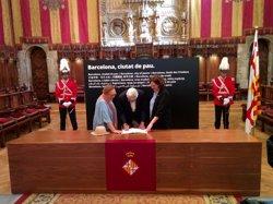 Maragall i la seva esposa signen el llibre de condolences de l'Ajuntament de Barcelona (EUROPA PRESS)