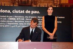 Els reis Felip VI i Letícia al Saló de Cent signen el llibre de condol al Saló del Cent (ACN)