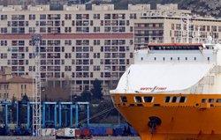 Un cotxe s'estavella contra dues parades d'autobús en el port vell de Marsella (REUTERS / JEAN-PAUL PELISSIER)