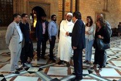 Puigdemont rep a Palau els representants de la comunitat musulmana després de la manifestació per la Rambla (ACN)
